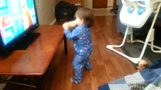 Baby spins and dances with five little monkeys - Video