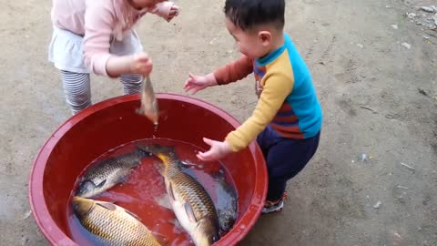 Baby play with the fishes