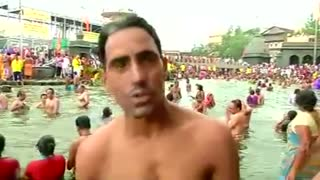 Thousands of Hindus take holy dip - Video