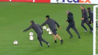 Jose Mourinho CROSSBAR CHALLENGE! Fenerbahçe vs Manchester United - Video