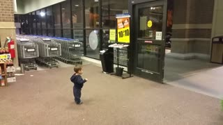 Baby's first reaction to sliding doors is absolutely priceless - Video