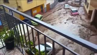 Spanish floods carry cars down the street: video