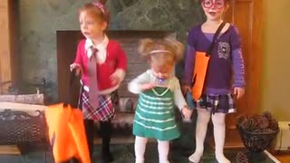 Adorable Sisters dressed as the Chippettes lip syncing  - Video
