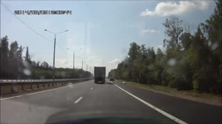 Camera records car accident in Russia - Video