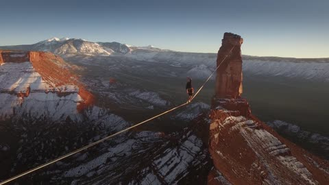 Daredevil walks 1640 feet on slackline above Utah desert