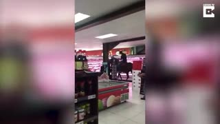 (VIDEO) Must See: This horse should not be here! People are stunned after seeing this scene - Video