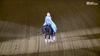 Professional horse rider removes cape, pulls off stunning performance - Video