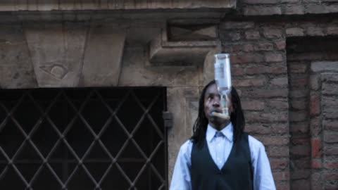Amazing street artist plays with a glass bottle !
