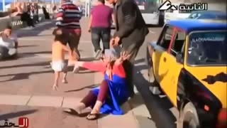 Scare people on the street prank - Video