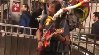 Epic one man band spotted in NYC subway - Video