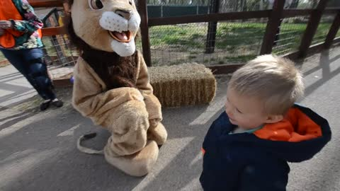 "Toddler shows ""lion"" who's the boss"