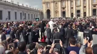 What happens when you are in Saint Peter you see the Pope - Video