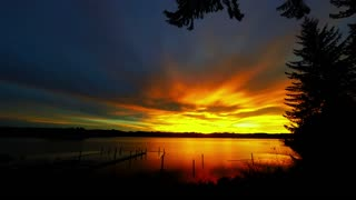 Time lapse captures unreal sunrise over Oregon lake - Video