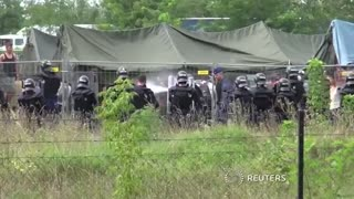 Police tear gas migrants at Hungary camp - Video