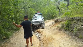 Suzuki Jimny rises in the pass - Video