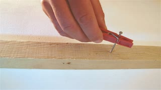 How to protect your fingers when hammering nails - Video