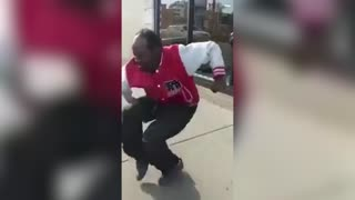 Crack head gettin' wild on the sidewalk - Video