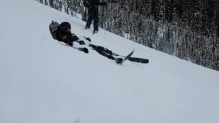 Black outfit smack himself with skis - Video