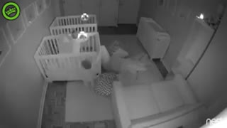 Look at what these twins are doing at night - Video