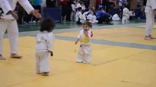 Funny little girls judo fight - Video