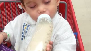 Baby can't decide between sleeping and his bottle - Video