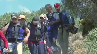 Migrants in Turkey board dinghy for Greece - Video
