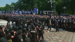 Clashes erupt outside Ukraine parliament - Video