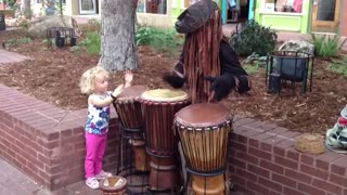3-year-old joins street performer in Colorado - Video