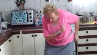 Abuela furor en. Facebook y YouTube bailando cumbia - Video