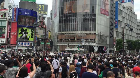 The madness of Shobuya crossing in Tokyo