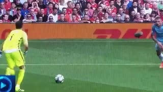 VIDEO: Claudio Bravo's tackle on Wayne Rooney - Video
