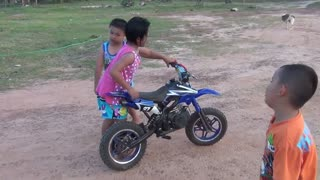 Small motocross with children 6 years.  - Video