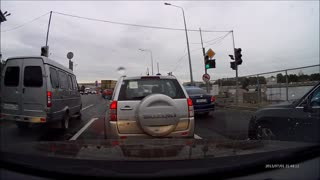 Reckless driver in a Bentley nearly causes accident - Video