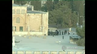 Palestinians clash with Israeli police at al-Aqsa mosque - Video