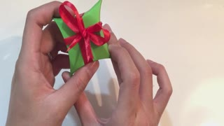 How to make a gift box using a CD | Bee DIY  - Video
