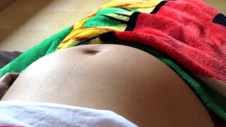 Baby dances inside mother's pregnant belly - Video