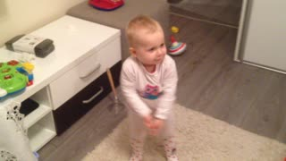 Talented baby girl shows off her dance moves - Video