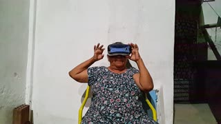 Grandma Scared by Jurassic Park Virtual Reality - Video