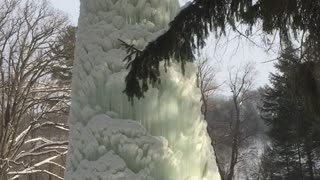 Ice volcano forms on geyser in New York - Video