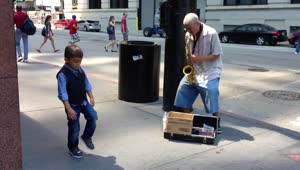 6-year-old dances to street performer in Chicago - Video