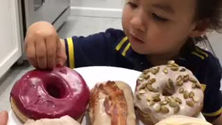 Toddler struggles to pronounce doughnut flavors - Video