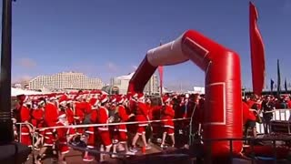 More than 2,500 Santas run through Sydney - Video