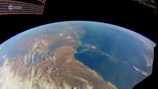 Astronaut shows what it's like to orbit Earth in real time aboard ISS - Video
