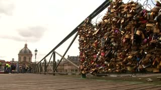On a Paris bridge, the end of a love too heavy to bear - Video