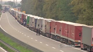 Trucks line up along Serbia-Croatia border - Video