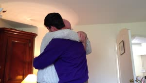 Son surprises father with early homecoming - Video