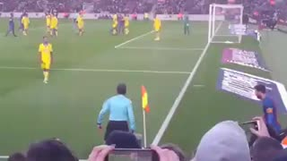 Messi almost scored from a Corner - Video
