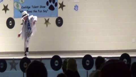 Toddler performs Michael Jackson dance at talent show