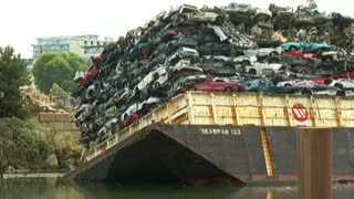 Barge carrying crushed cars sinks in Canada - Video