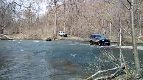 Jimny stuck while crossing the river
